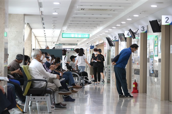 Patients wait to see doctors at Pusan National University Hospital in South Korea's southeastern port city of Busan on Aug. 7, 2020. (Yonhap)