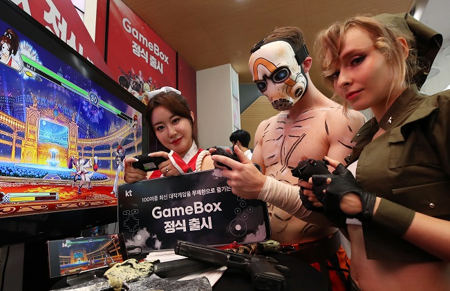 Models showcase KT Corp.'s game streaming service at the company's headquarters building in central Seoul on Aug. 12, 2020. (Yonhap)