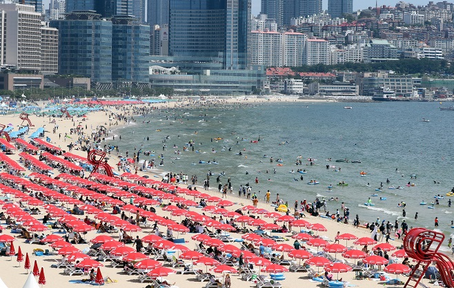 Haeundae Beach in South Korea's southeastern city of Busan is crowded with vacationers on Aug. 16, 2020. (Yonhap)