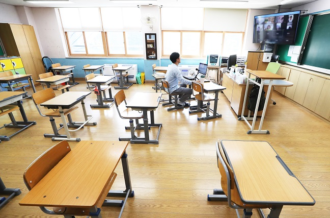 A teacher conducts an online class from an elementary school classroom in Yongin, south of Seoul, on Aug. 19, 2020. (Yonhap)