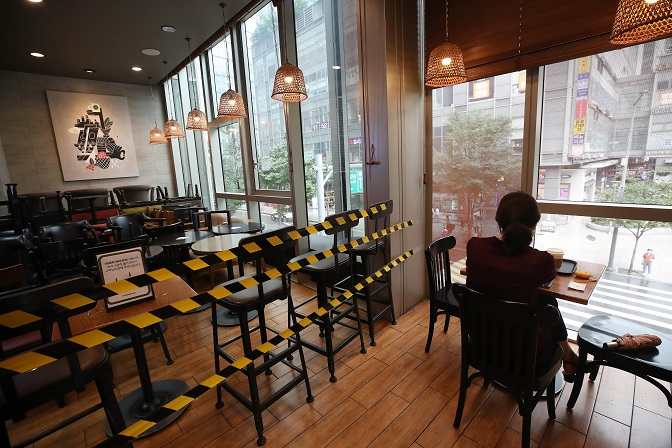 This file photo shows tables and chairs that are not being used to keep social distancing at a cafe in Seoul. (Yonhap)