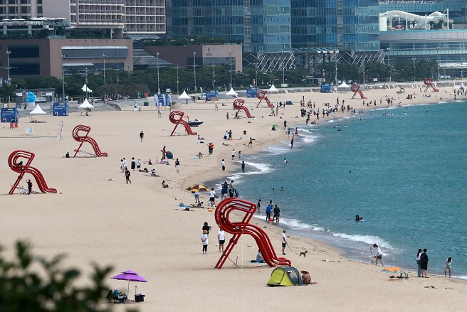 Haeundae Beach, a popular beach in the southeastern port city of Busan, is relatively empty on Aug. 23, 2020. (Yonhap)