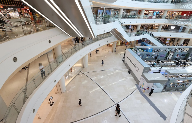 A shopping mall in Seoul is relatively empty on Aug. 23, 2020. (Yonhap)