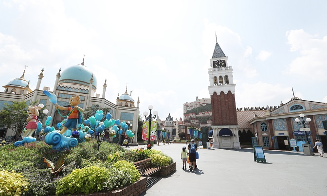 Everland, an amusement park in Yongin, Gyeonggi Province, is nearly empty on Aug. 23, 2020. (Yonhap)