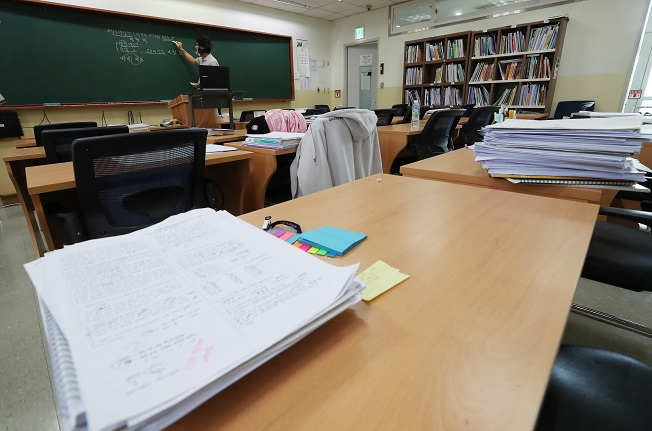 This photo, taken on Aug. 24, 2020, shows a lecturer teaching an online class at a cram school in southern Seoul. (Yonhap)