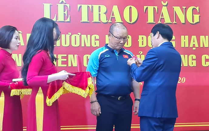Park Hang-seo (2nd from R), the South Korean head coach of the Vietnamese men's national football team, receives the second class Order of Labor from the Vietnamese government at a ceremony at the Vietnam Football Federation headquarters in Hanoi on Aug. 27, 2020. (Yonhap)
