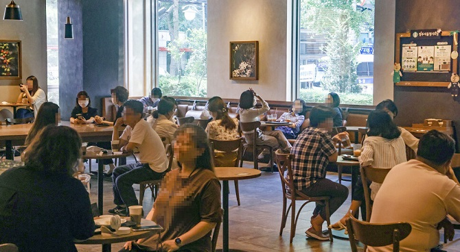 A cafe in Seoul bustles with people on Sept. 15, 2020, the second day after the loosening of social distancing rules. (Yonhap)
