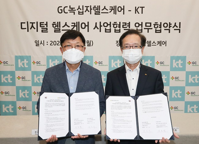 KT Corp. Vice President Jeon Hong-beom (R) and Green Cross Healthcare Co. CEO Jeon Do-kyu (L) pose for a photo after signing an agreement to develop a personalized health care service on Sept. 14, 2020, in this photo provided by KT.