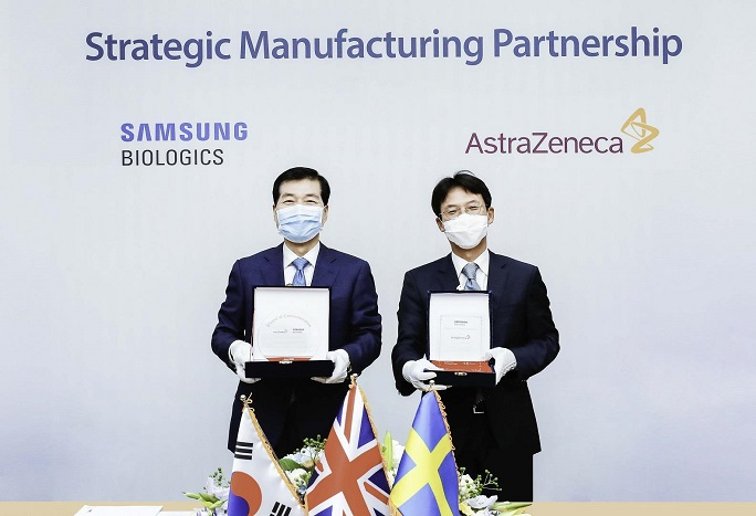 This photo, provided by South Korea's top pharmaceutical firm, Samsung Biologics Co., on Sept. 21, 2020, shows the company's CEO Kim Tae-han (L) with AstraZeneca Korea's President Juno Kim (R) at a letter of intent signing event in June.