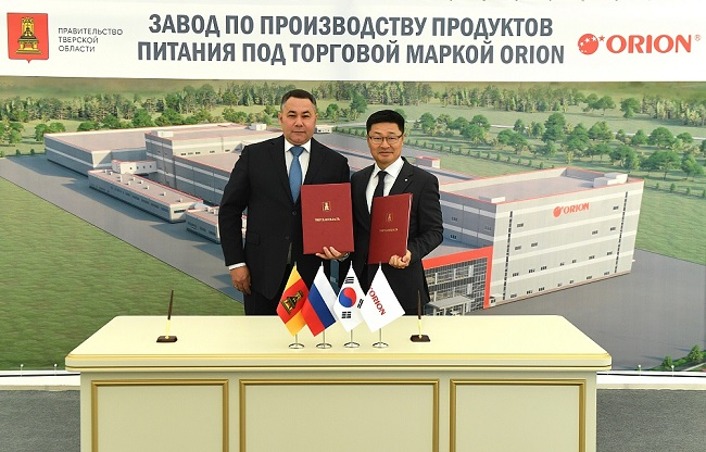This photo, provided by Orion Corp. on Sept. 10, 2020, shows Park Jong-yul (R), head of Orion's Russian subsidiary, and Tver Region Gov. Igor Rudenya posing after signing an investment agreement.