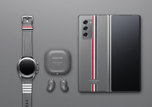 This photo provided by Samsung Electronics Co. on Sept. 1, 2020, shows the Galaxy Z Fold 2 Thom Browne Edition Package. (PHOTO NOT FOR SALE) (Yonhap)