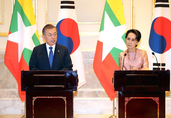 In the file photo taken Sept. 3, 2019, South Korean President Moon Jae-in (L) speaks during a joint press conference with Myanmar's State Counsellor Aung San Suu Kyi after their summit at the Presidential Palace in Naypyitaw, Myanmar. (Yonhap)