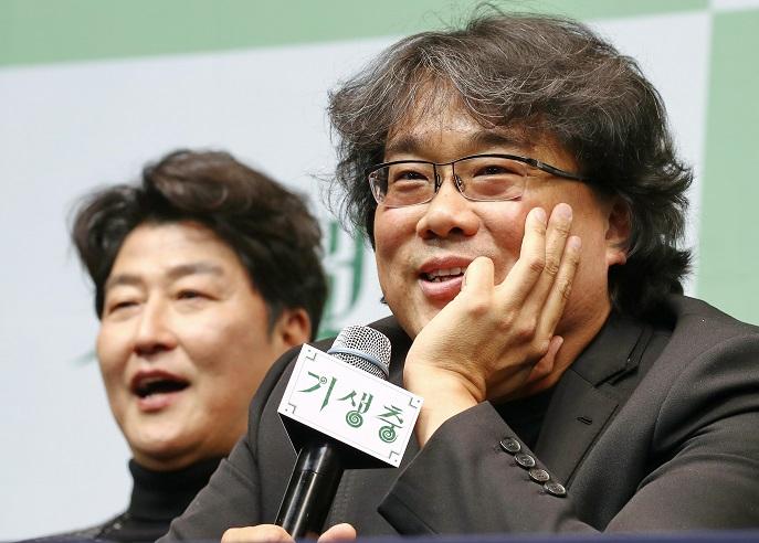 This file photo shows Bong Joon-ho (R), South Korea's Oscar-winning film director. (Yonhap)