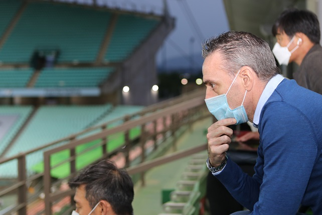 In this file photo from May 8, 2020, Paulo Bento, head coach of the South Korean men's national football team, watches a K League 1 match between Jeonbuk Hyundai Motors and Suwon Samsung Bluewings at Jeonju World Cup Stadium in Jeonju, 240 kilometers south of Seoul. (Yonhap)