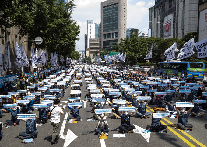 This file photo, taken on June 28, 2020, shows a protest rally of parcel delivery workers in downtown Seoul. (Yonhap)