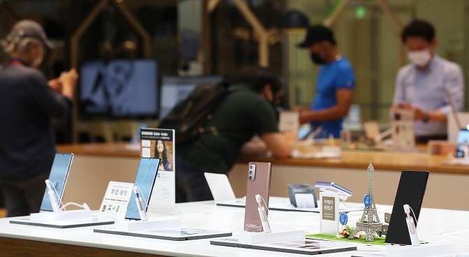 This photo taken on Aug. 7, 2020, shows Samsung Electronics Co.'s Galaxy smartphones displayed at a store in Seoul. (Yonhap)