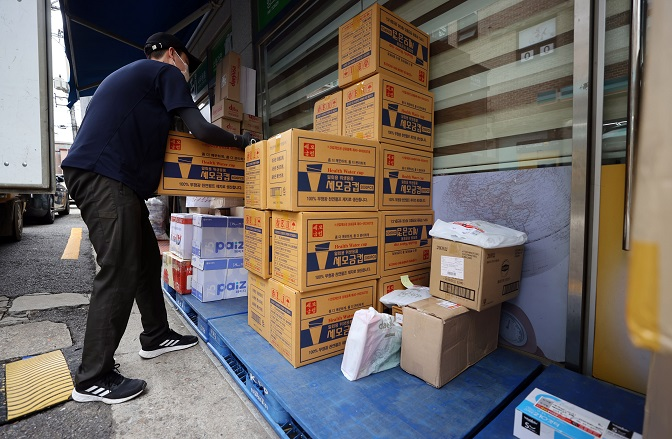 Parcel Delivery Workers Threaten to Refuse to Sort Parcels in Protest of Overwork