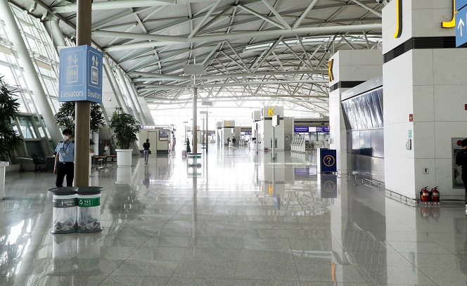 This photo, taken on Aug. 16, 2020, shows the nearly empty terminal for international flights at Incheon International Airport, South Korea's main gateway west of Seoul. (Yonhap)