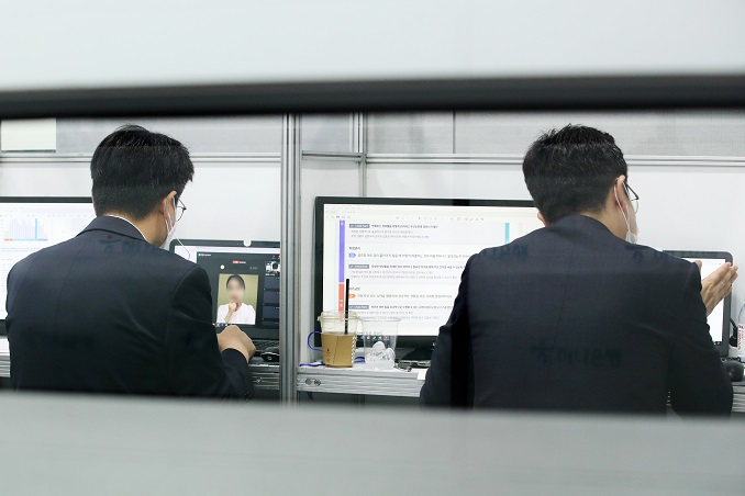 This file photo taken on Aug. 26, 2020, shows officials from banks conducting online job interviews with applicants at a job expo in Seoul. (Yonhap)