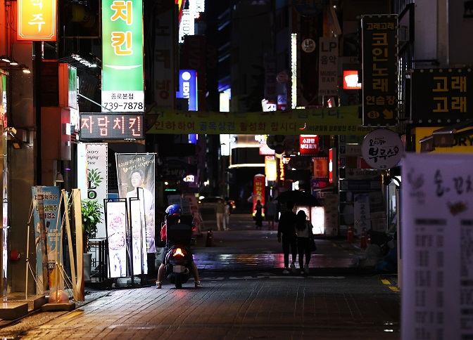 A street of restaurants in Jongno, central Seoul, is nearly empty on Aug. 30, 2020. (Yonhap)