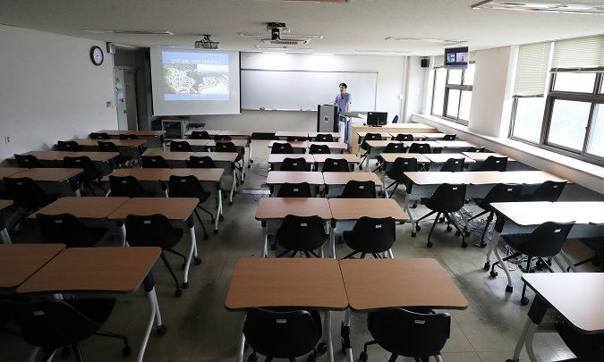 A professor prepares for online instruction at Dankook University in Yongin, Gyeonggi Province, on Aug. 31, 2020. (Yonhap)