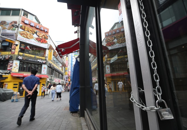 This photo, taken on Sept. 1, 2020, shows a closed shop in Seoul's shopping district of Myeongdong as South Korea imposed stricter anti-virus curbs to fight the flare-up in virus cases. (Yonhap)