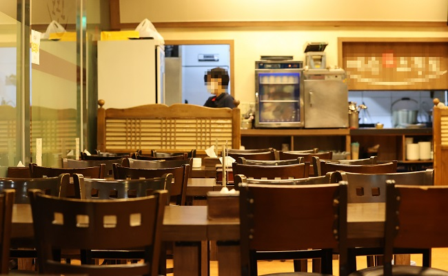 This file photo, taken Sept. 1, 2020, shows a restaurant in central Seoul where almost no customers were found during lunch time. (Yonhap)