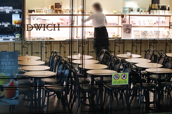 This photo, taken Sept. 7, 2020, shows an empty franchise bakery in Seoul as the government has limited franchise coffee chains, bakeries and ice cream shops to offering takeout and delivery over the COVID-19 outbreak. (Yonhap)