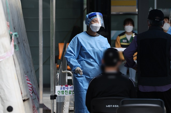 This photo, taken Sept. 8, 2020, shows health workers preparing to conduct coronavirus tests at a screening center in Seoul's northern ward of Nowon. (Yonhap)