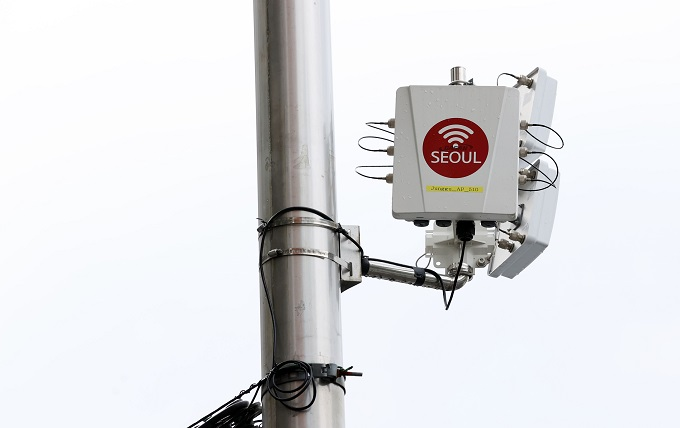 """GGachion,"" a new wireless access point (AP), is installed for trial service in Seoul on Sept. 9, 2020. The Seoul city government introduced the system in order to raise the speed of the public Wi-Fi service by four times. (Yonhap)"