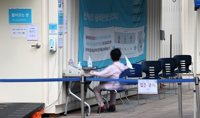 A visitor waits to receive a new coronavirus test at a makeshift clinic located in northern Seoul on Sept. 10, 2020. (Yonhap)
