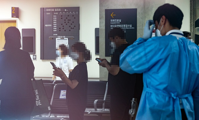 Workers at Severance Hospital in western Seoul stand in a line to receive new coronavirus tests on Sept. 10, 2020. (Yonhap)