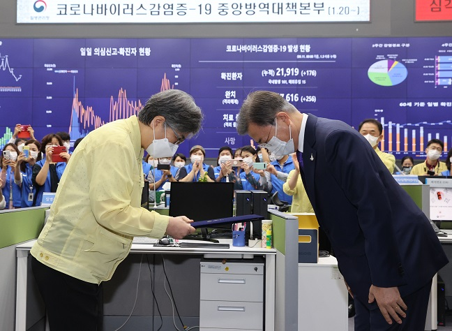 President Moon Jae-in (R) presents Jeong Eun-kyeong with a certificate of appointment as the first head of the Korea Disease Control and Prevention Agency (KDCA) during a ceremony held at the emergency situation center of the Korea Centers for Disease Control and Prevention (KCDC) in Cheongju, North Chungcheong Province, 130 kilometers south of Seoul, on Sept. 11, 2020. (Yonhap)