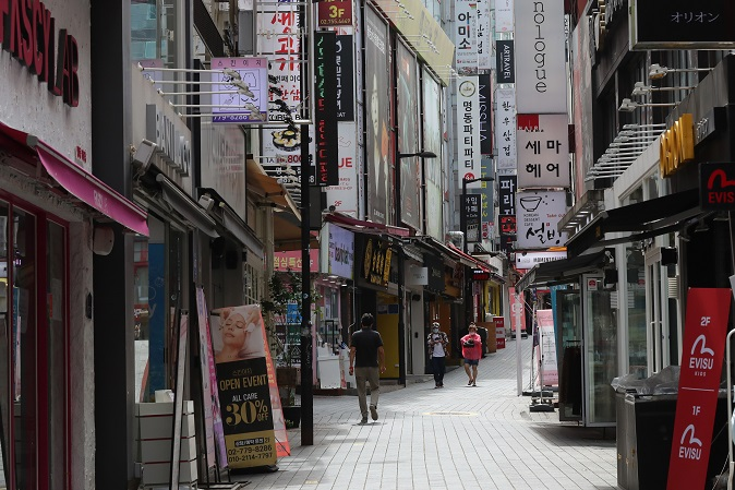 This photo, taken on Sept. 11, 2020, shows only a few customers walking on the street of Seoul's shopping district of Myeongdong amid the new coronavirus outbreak. (Yonhap)