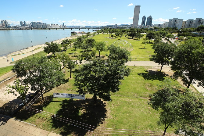 This photo shows the Han River park in Yeouido, Seoul, on Sept. 13, 2020. (Yonhap)
