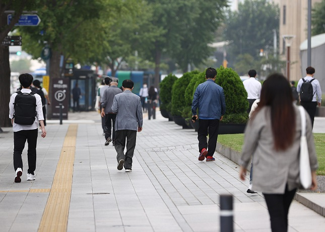 Citizens walk apart from one another near Seoul City Hall on Sept. 15, 2020. (Yonhap)