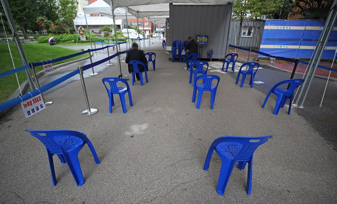 Only a couple people wait to receive a coronavirus test at a makeshift clinic of a public health facility in Seoul on Sept. 16, 2020. (Yonhap)