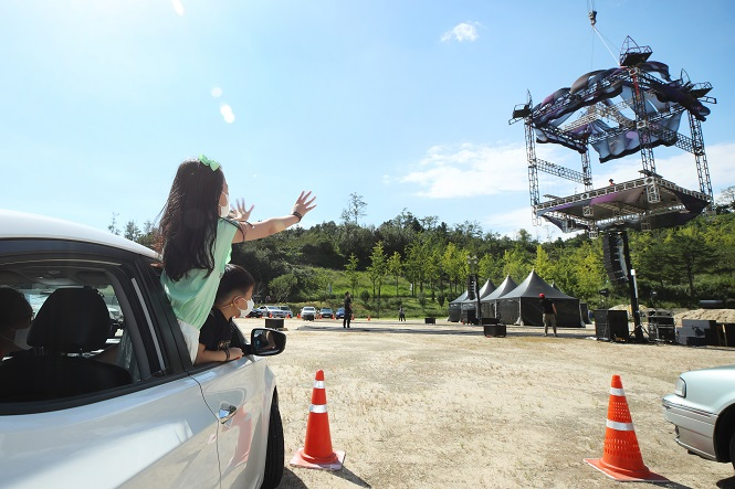 A drive-in circus festival is held in Seoul's western ward of Mapo on Sept. 18, 2020. (Yonhap)