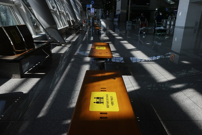 This file photo taken Sept. 20, 2020, shows benches with social distancing signs placed on them at Incheon International Airport, west of Seoul. (Yonhap)