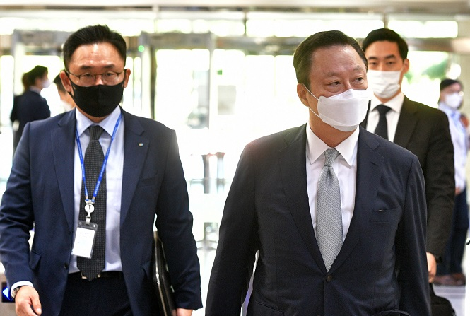 KCCI Chairman Park Yong-maan (2nd from L) walks into the National Assembly building in Yeouido, Seoul, for a meeting with Kim Chong-in, interim leader of the main opposition People Power Party, on Sept. 22, 2020. (Yonhap)