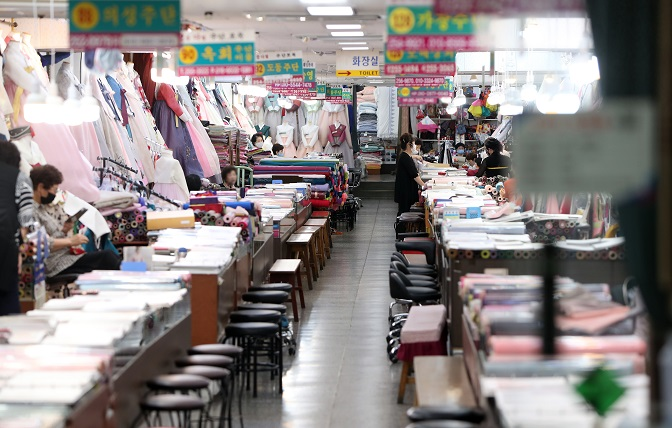 """Shoppers are scarce at a mall of """"hanbok"""" stores within Seomun Market, the largest traditional market in Daegu, southeastern South Korea, on Sept. 22, 2020, despite the approach of the Chuseok holiday. (Yonhap)"""