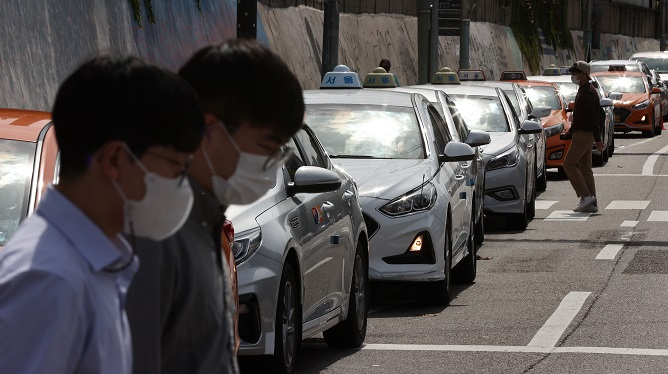 Pedestrians wearing protective masks walk around central Seoul on Sept. 23, 2020. (Yonhap)
