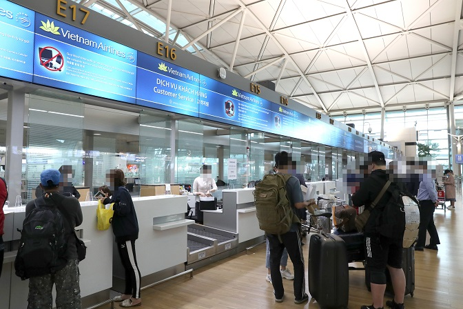 Passengers heading for Hanoi in Vietnam wait at the check-in counter of Incheon International Airport, west of Seoul, on Sept. 25, 2020, as South Korea and Vietnam have agreed to resume flights following months of suspension over the new coronavirus outbreak. (Yonhap)