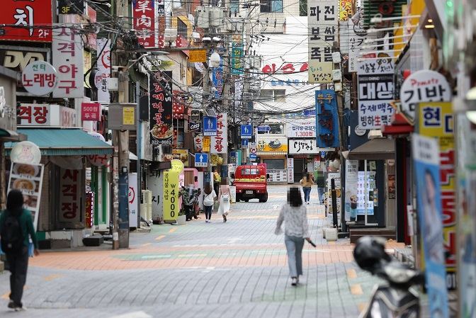 This photo, taken on Sept. 25, 2020, shows only a few people spotted in Seoul's university district of Shinchon amid the COVID-19 pandemic. (Yonhap)