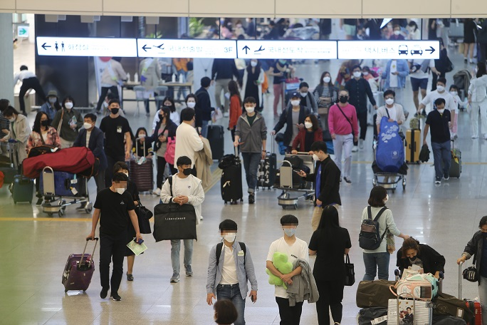 Tourists arrive at Jeju International Airport on Sept, 26. 2020. The provincial government has strengthened sanitation and distancing regulations to prevent the spread of the coronavirus ahead of the five-day Chuseok holiday starting Sept. 30. (Yonhap)