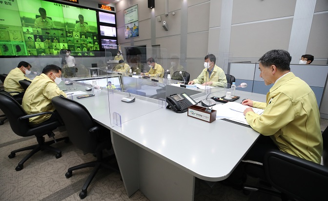 Health officials, including Health Minister Park Neung-hoo (R), discuss ways to prevent the spread of COVID-19 at a government office on Sept. 30, 2020. (Yonhap)