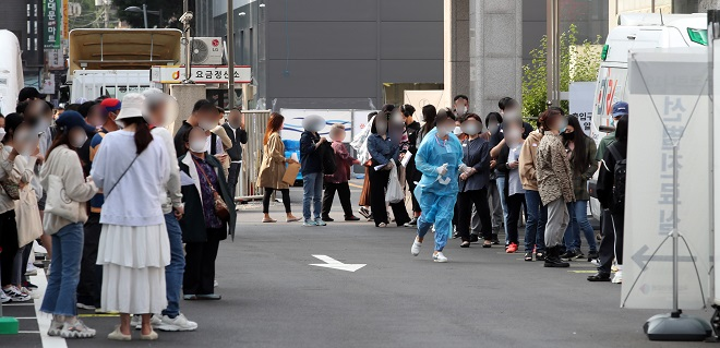 A screening station in Seoul is crowded with people taking tests for the coronavirus on the first day of the five-day Chuseok holiday on Sept. 30, 2020. (Yonhap)