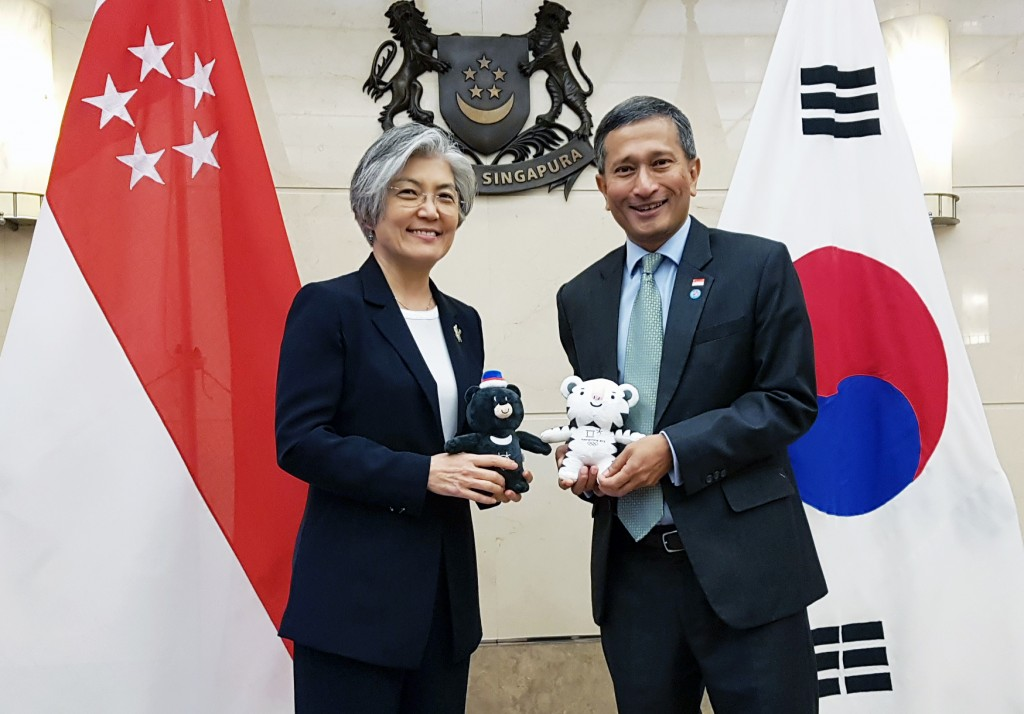 Foreign Minister Kang Kyung-wha (L) and her Singaporean counterpart, Vivian Balakrishnan, pose for a photo before their talks in Singapore on March 3, 2018 in this photo provided by the foreign ministry. (Yonhap)