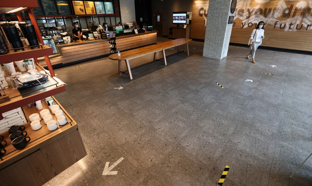 A coffeehouse is almost deserted, with all tables for customers removed and only orders for takeout coffee allowed, in Seoul on Aug. 31, 2020, as South Korea imposes strengthened antivirus curbs in the greater Seoul area to stop another nationwide spread of COVID-19. (Yonhap)