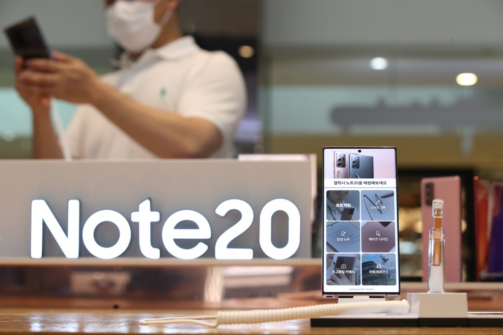 Samsung Electronics Co.'s 5G phone, the Galaxy Note 20, is shown in this photo taken on Aug. 7, 2020, at a company store in southern Seoul. (Yonhap)